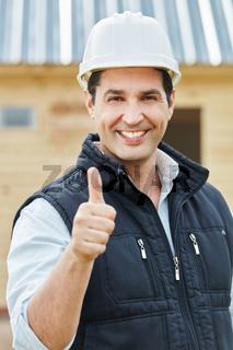 Erfolgreicher Vorarbeiter hält Daumen hoch