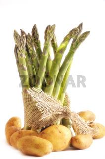 Grüner Spargel im Bund mit Kartoffeln