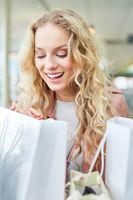 Junge Frau lacht beim Shopping