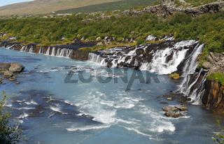 Die Wasserfälle Hraunfossar im Westen von Island