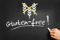 Hand schreibt gluten-free an Tafel