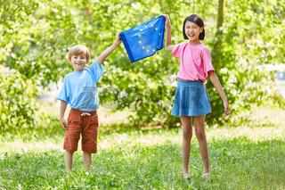 Zwei Kinder halten die europäische Flagge