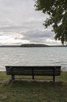 Sitzbank am Großen Stechlin in der Uckermark, Ostdeutschland