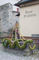 Dekorierter Osterbrunnen in Rosengarten-Tullau