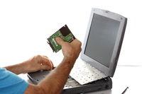Computer Fachmann arbeitet an Notebook