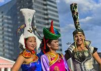 Drei junge Frauen mit extravaganten Hüten, Ulaanbaatar, Mongolei