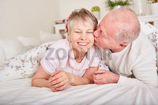 Senior küsst seine Frau auf die Wange