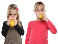 Kinder Mädchen trinken Orangensaft Orangen Saft gesunde Ernährung Hochformat Freisteller freigestellt isoliert