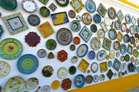 portugiesische Keramikwaren an der Wand der Töpferei A Mo, Sagres, Algarve, Portugal