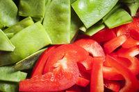 geschnittene rote Paprika und grüne Erbsen