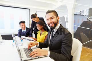 Erfolgreicher Geschäftsmann arbeitet am Laptop