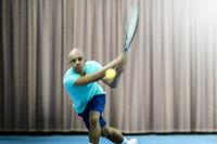 Tennisspieler mit Bewegungsunschärfe