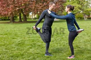 Sportler dehnen sich vor dem Fitnesstraining