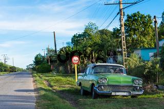 Amerikanischer grüner Oldtimer parkt am Strassenrand in Matanzas Cuba - Serie Cuba Reportage
