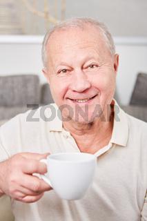 Zufriedener Senior macht eine Kaffeepause
