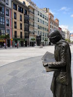 Fussgängerzone mit Skulptur in Oviedo, Spanien
