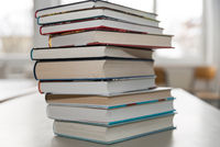 grosser Bücherstapel mit Hardcover-Bücher