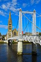 Greig Hängebrücke über dem Fluss Ness mit Kirche Free North Church