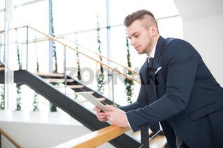 Junger Business Mann recherchiert im Internet