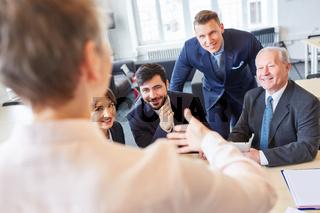Geschäftsleute hören einem Vortrag zu