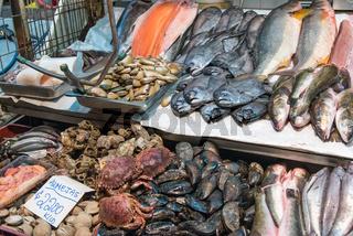 Krustentiere, Meeresfrüchte und Fisch auf einem Markt