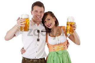 Bayerische Frau und Mann in Dirndl u. Lederhose mit Oktoberfest Bier