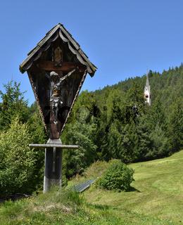 Wegkreuz im Naturpark Puez-Geisler; Suedtirol; Dolomiten;