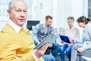 Senior mit Laptop Computer staunt