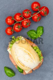 Brötchen Sandwich Baguette belegt mit Fisch Lachs Hochformat von oben Schieferplatte