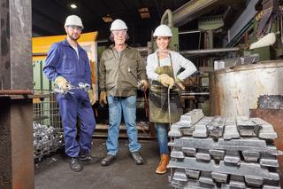 Metallbau Team in der Schmelze oder Gießerei