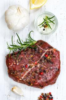 Fleisch Steak roh Rindfleisch Hochformat von oben