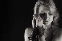 Portrait einer jungen Frau in monochrome