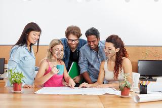 Startup Team arbeitet zusammen
