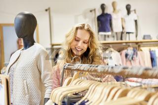 Junge blonde Frau als Kunde beim Shopping