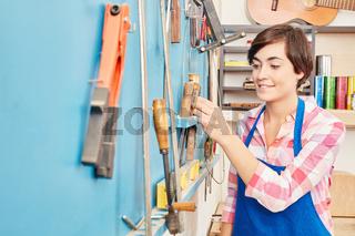Frau als Schreiner Lehrling mit Werkzeugen