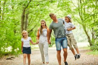 Familie beim entspannten Spaziergang