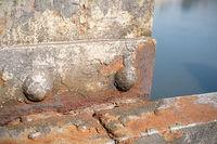 rostiges Bauteil einer alten Brücke in Magdeburg