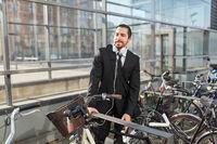 Business Mann am Fahrradständer