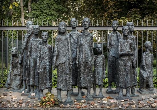 Mahnmal am juedischen Friedhof in Berlin