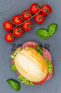Brötchen Sandwich Baguette belegt mit Salami Schinken Hochformat von oben Schieferplatte