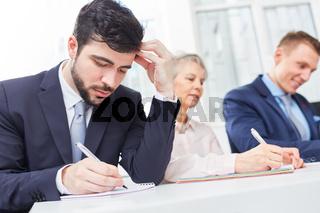Mann als Bewerber schreibt einen Test