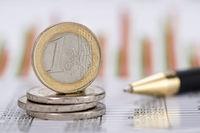 Stapel Euro Münzen auf Chart