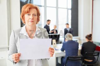 Senior Geschäftsfrau zeigt leeres Schild