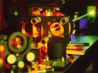 Laserstrahl mit Spiegel in Wischenschaft und Forschung