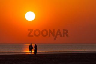 Liebespaar am Strand bei Sonnenuntergang