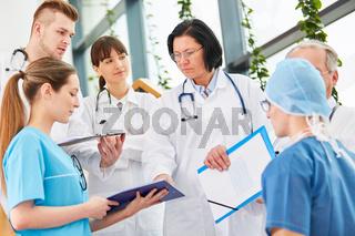 Ärztin mit Autorität im Chirurgie Team