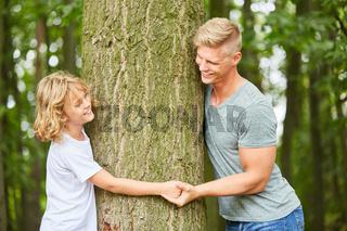 Vater und Sohn halten sich an den Händen