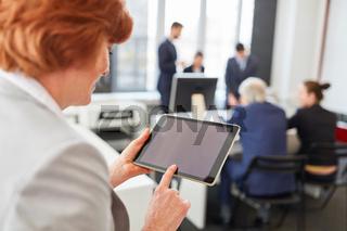 Frau tippt auf Touchscreen von Tablet