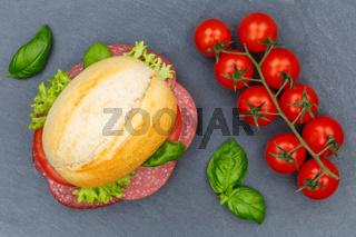 Brötchen Sandwich Baguette belegt mit Salami Schinken von oben Schieferplatte