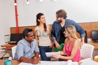 Studenten Team in einer Diskussion
